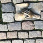 """Eglise Oudekerk devant l'entrée sur Oudekersplein centrum """"De hand in eigen boezem steken"""" Expression sortie de la bible et aussi expression qui uni les 2 à savoir caresser votre coeur avec votre main."""